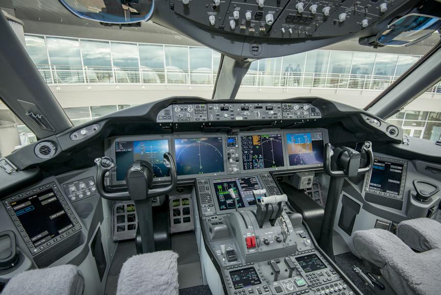 Royal Brunei Dreamliner Cockpit 2 Thedesignair