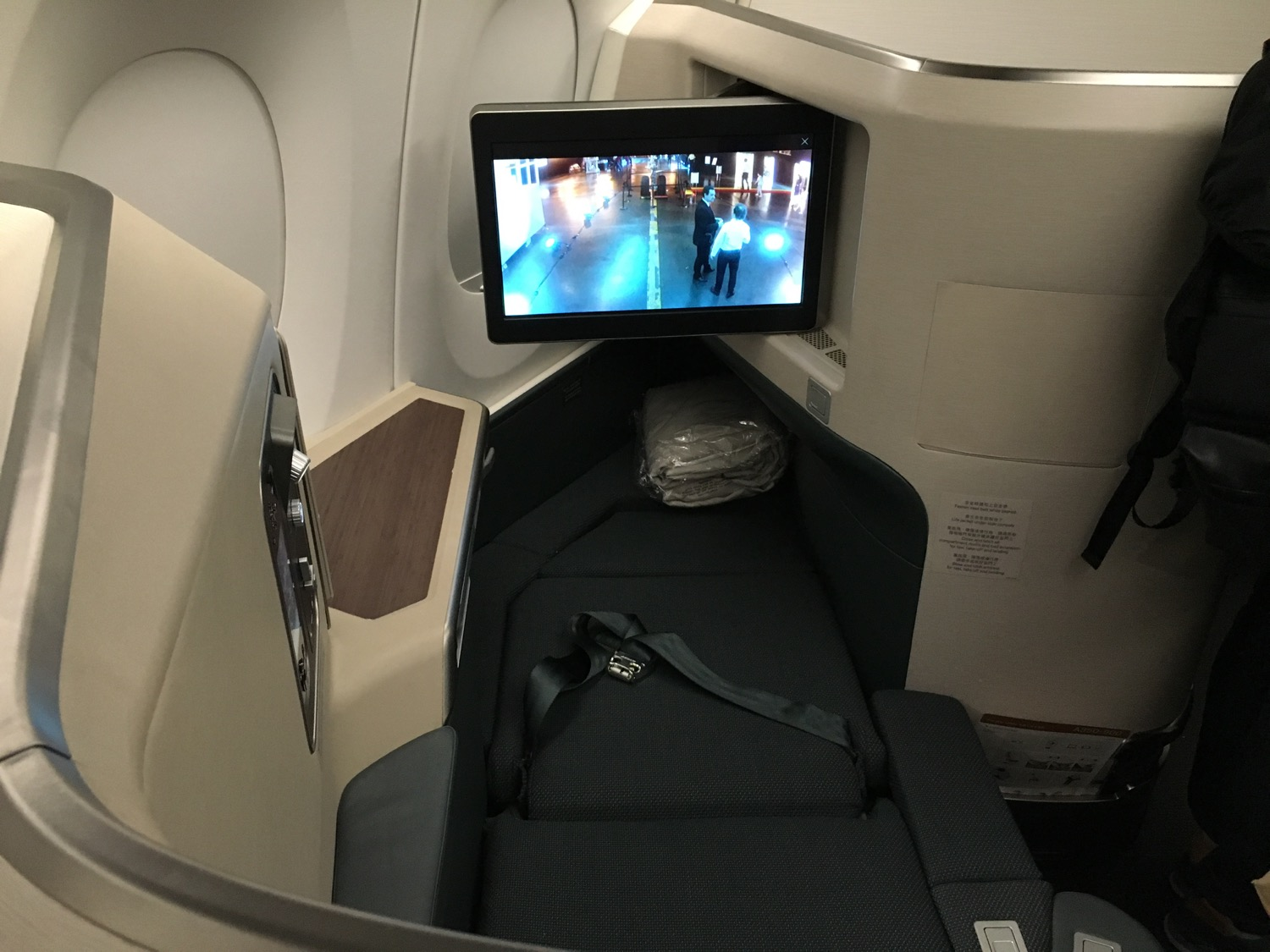 http://thedesignair.files.wordpress.com/2016/05/cathay-a350_-178.jpg