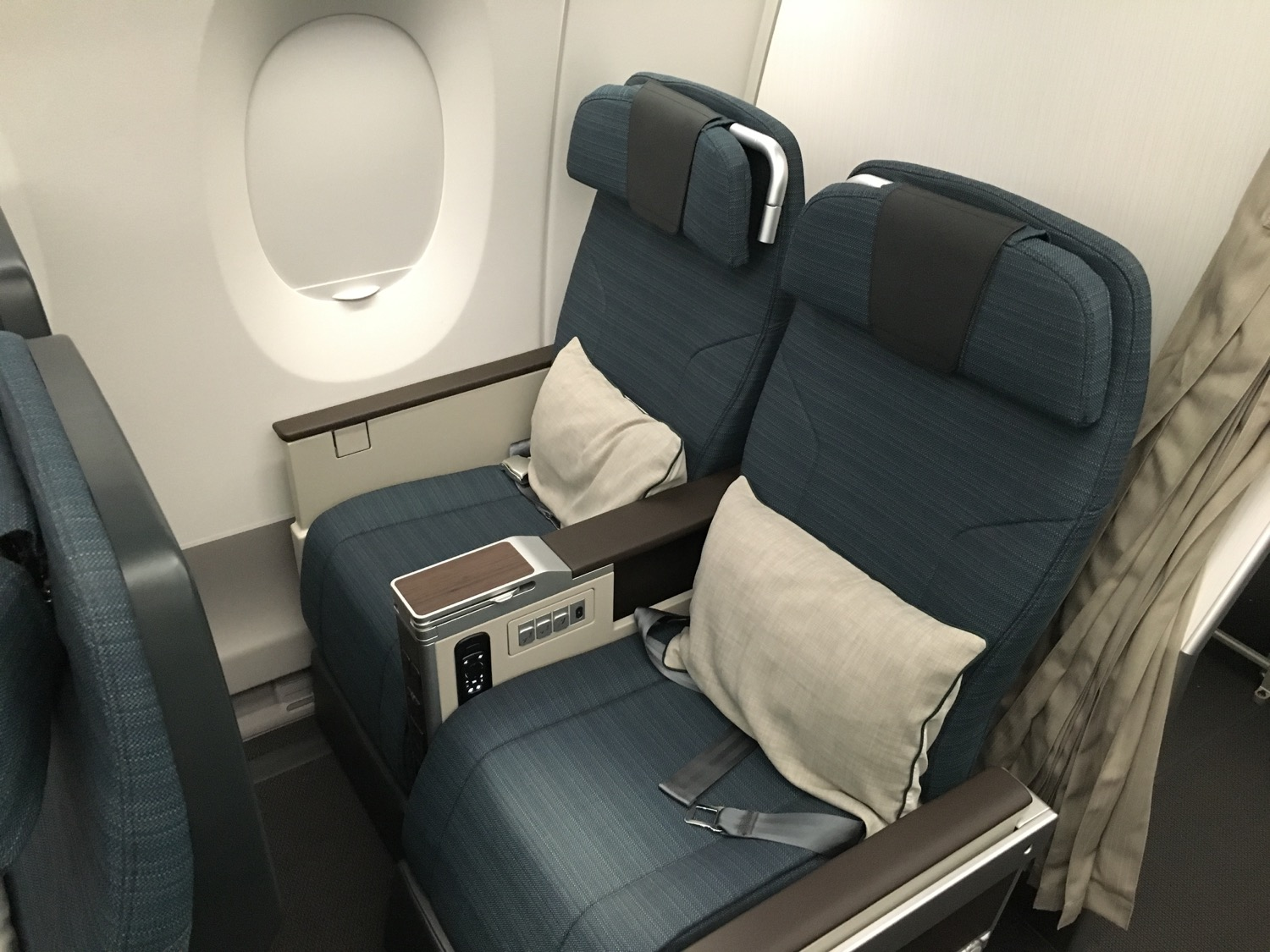 http://thedesignair.files.wordpress.com/2016/05/cathay-a350_-220.jpg