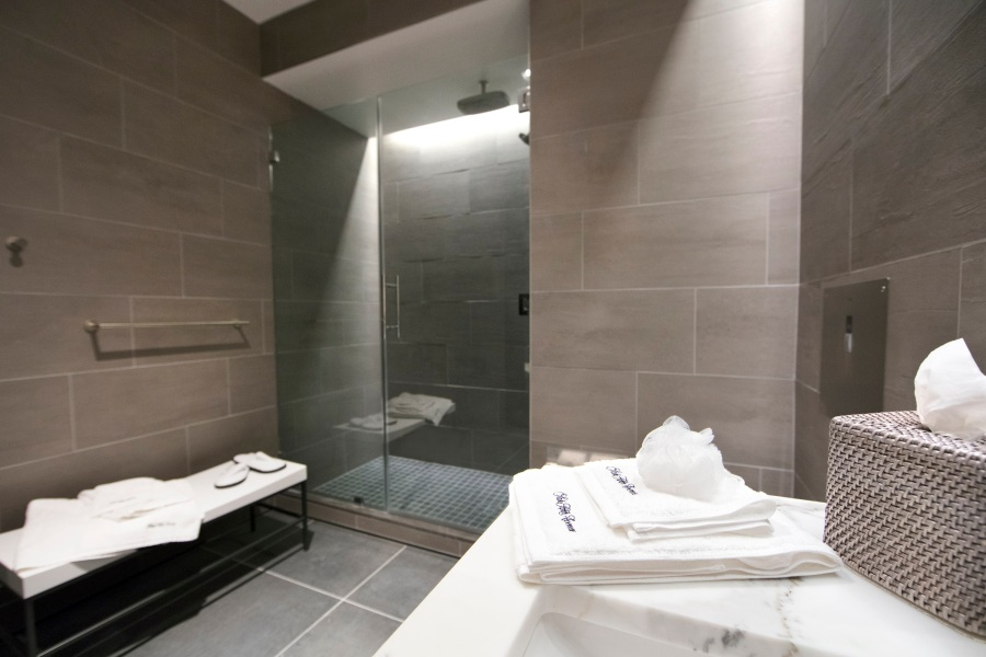United Polaris lounge shower suite